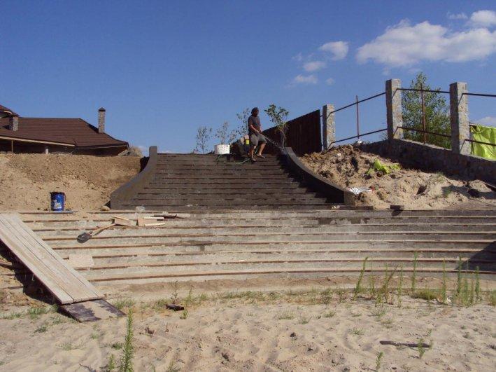 бетонная лестница ведущая на пляж
